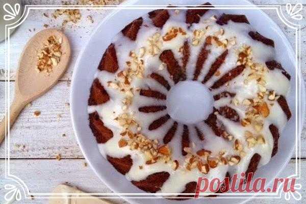 Банановый пирог со сливочно-творожным сыром (рецепт для детей, и не только, и на скорую руку)   Мягкая выпечка, тающая на языке.   Ингредиенты:  Бананы (спелые) 6 шт.  Яйца 4 шт.  Мука 270 г.  Сахар 200 г.  Масло растительное 210 г.  Шоколадные капли 100 г.  Разрыхлитель 3 ч.л.  Сода 1 ч.л.  Ванильная эссенция (ванилин) 1 ч.л.  Масло сливочное.   Для крема:  Сахарная пудра 270 г.  Сыр сливочный (творожный) 135 г.  Молоко 5 ст.л.  Ванильная эссенция (ванилин) ½ ч.л.   Спосо...