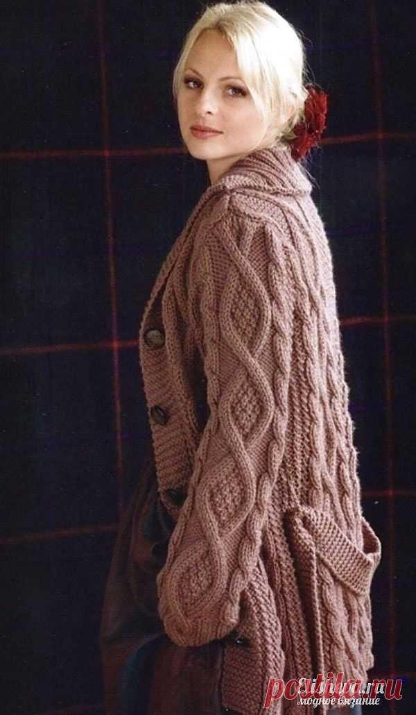 Бежевое пальто с поясом вязаное спицами