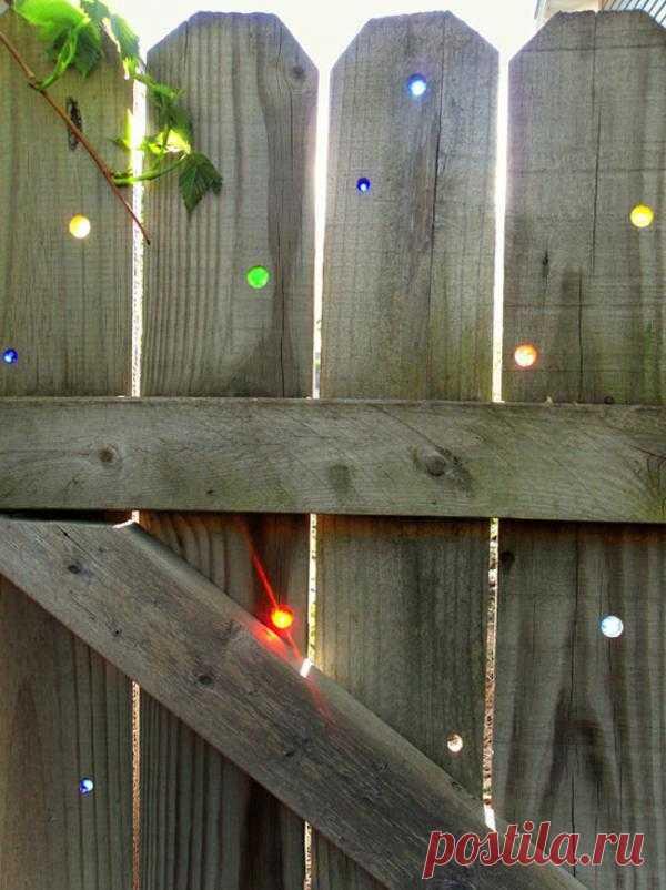 Веселее забор - лучше настроение!  А всего-то нужны: - Дрель - Разноцветные стеклянные шарики - Желание сделать что-то прекрасное.