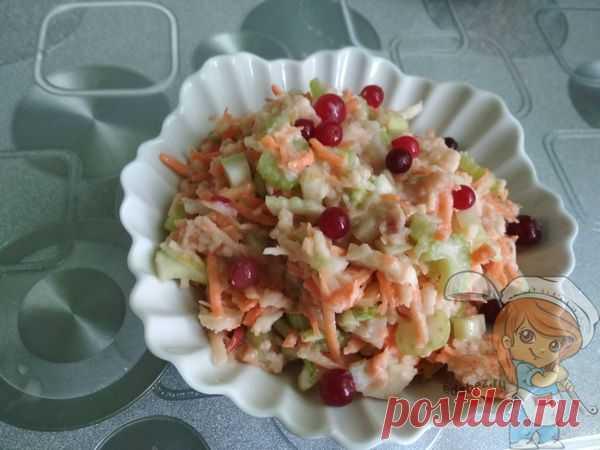 Диетический салат из стеблевого сельдерея с яблоком и морковью Настоящим кладезем полезных веществ является салат из стеблевого сельдерея с яблоком и морковью. Блюдо замечательно чистит от скопившихся шлаков пищеварительную систему.