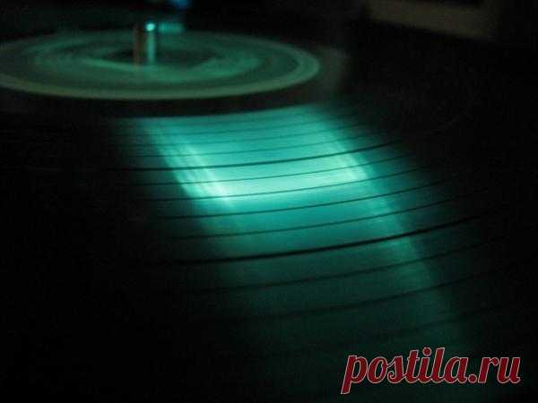 Врач Артур Линдгрен из США обладает уникальной музыкальной эрудицией. Для определения мелодии ему достаточно лишь изучить узор грампластинки