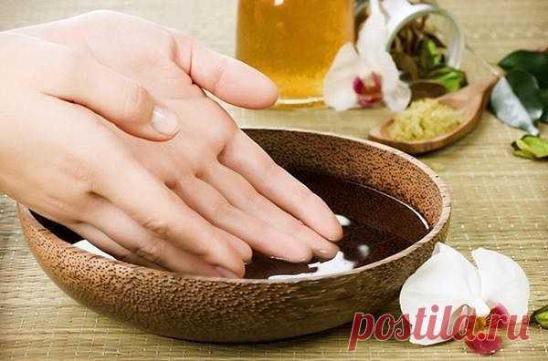 Удивительная мазь для рук. Сохрани! Пригодится при работе с землей.  Отлично помогает избавиться от трещин на руках и обладает омолаживающим эффектом. До её приготовления нам понадобится:  Растворить в 1 литре теплой воды 2 столовые ложки соли. В этом растворе подержать руки 10 минут. Затем, не смывая его, промокнуть ладони и смазать их мазью.  Ингредиенты для самой мази: - 1 яичный желток - 1 столовая ложка меда - 1 столовая ложка растительного масла  Смыть через 20 минут...