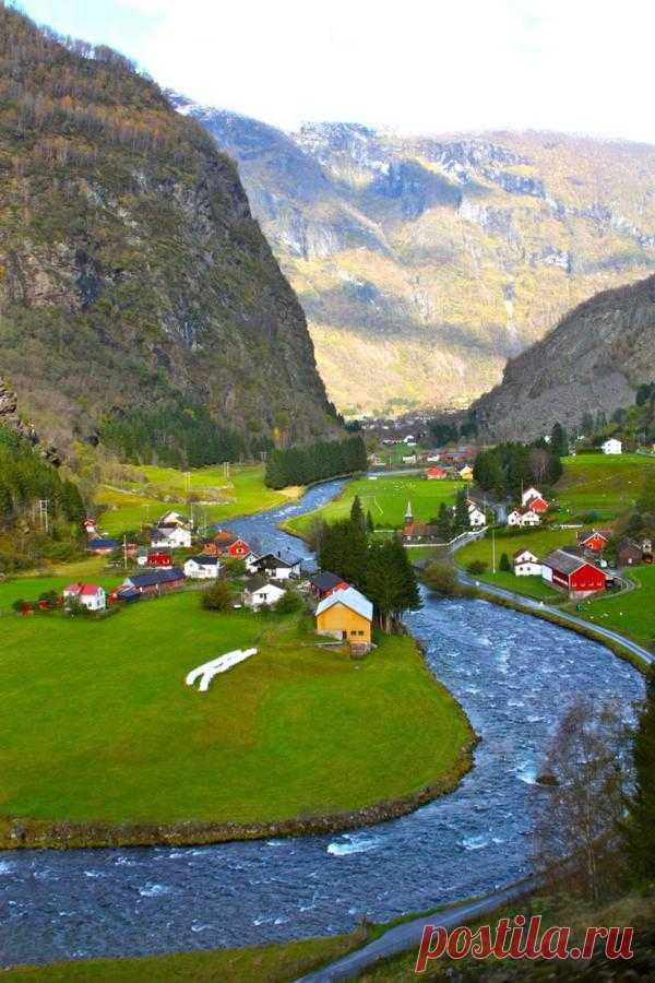 Прекрасная Норвегия. Флам - небольшая деревня в горах на берегах реки.