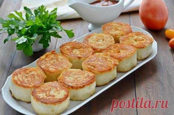 Рулетики с курицей и сыром  Ингредиенты: 3 листа лаваша, 400 г отварного филе курицы, 200 г сыра пастообразного плавленного, 2 крупных зубчика чеснока, 2 ст. ложки майонеза, перец по вкусу.