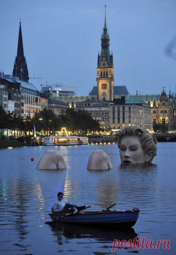 """Интересная Европа. Скульптура в озере - """"Купание красоты"""". Гамбург, Германия"""