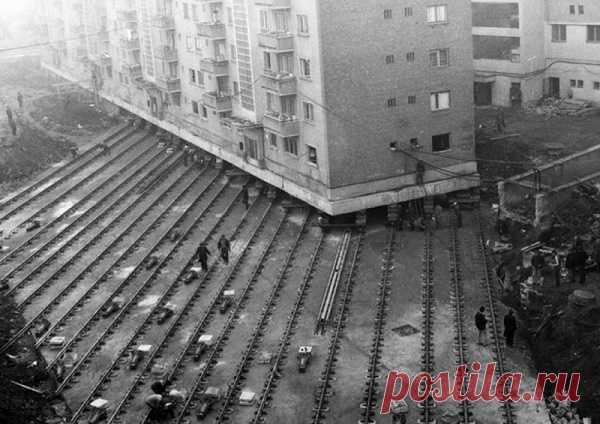 Зачем в СССР передвигали дома вместе с жителями Это звучит неправдоподобно, но в Москве в советское время передвигали многоэтажные здания весом в десятки тысяч тонн. Перемещения чаще всего производились ночью. Безмятежно спящие жильцы даже и не подозревали, что проснутся в другом месте.