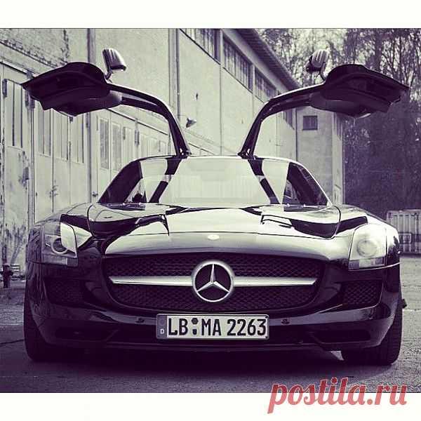 Mercedes-Benz SLS AMG - мировая премьера состоялась в 2009 году на франкфуртском автосалоне. Автомобиль появился в продаже в 2010 году по цене ~€175 000. Спорткар оснащён 6,2 л двигателем V8 M159, развивающим мощность 571 л.с. при 6800 об/мин и крутящий момент 650 Н·м при 4750 об/мин. Двигатель агрегатируется с семиступенчатой коробкой передач с двумя сцеплениями фирмы Getrag. Как и у предка — 300SL — у SLS установлены двери типа «крыло Чайки».