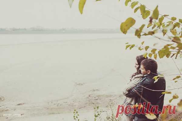 В осенней погоде есть своя особенная прелесть: когда дует ветер, хочется покрепче взяться за руки, обняться и греться друг другом. Сегодняшнюю предсвадебную съёмку Владислава и Марины иначе, как «Сладкий ноябрь», и не назвать. Несмотря на холод и ветер, фотографии наполнены особой атмосферой заботы и любви. Фотографии получились таинственно холодными и завораживающими, уверены, вы прочувствуете это. Желаем приятного просмотра!