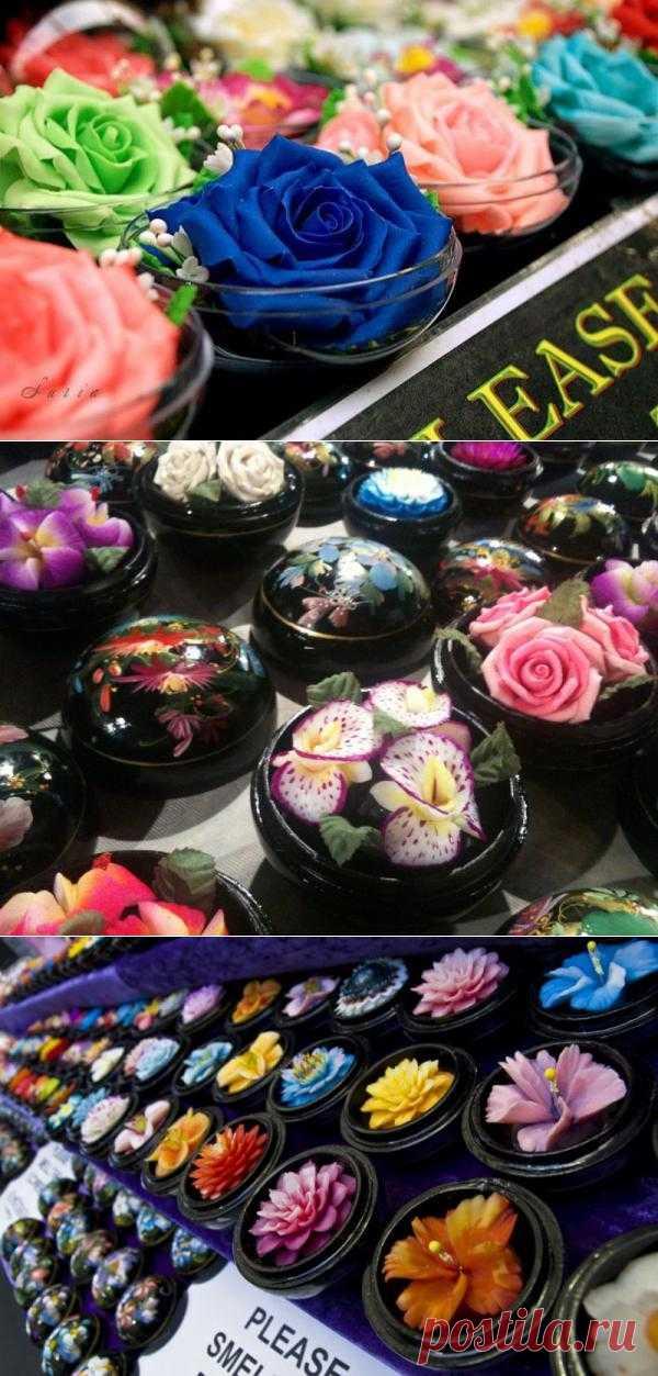 В небольшом городе Чианг-Рай, расположенном в северном Тайланде, мастера рукоделия создают впечатляющие и удивительно красивые цветы из обыкновенного мыла, которые оформляют в расписные деревянные шкатулки и продают на местных рынках в качестве сувениров