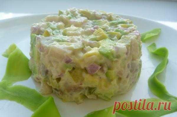 Салат из сельди с авокадо.