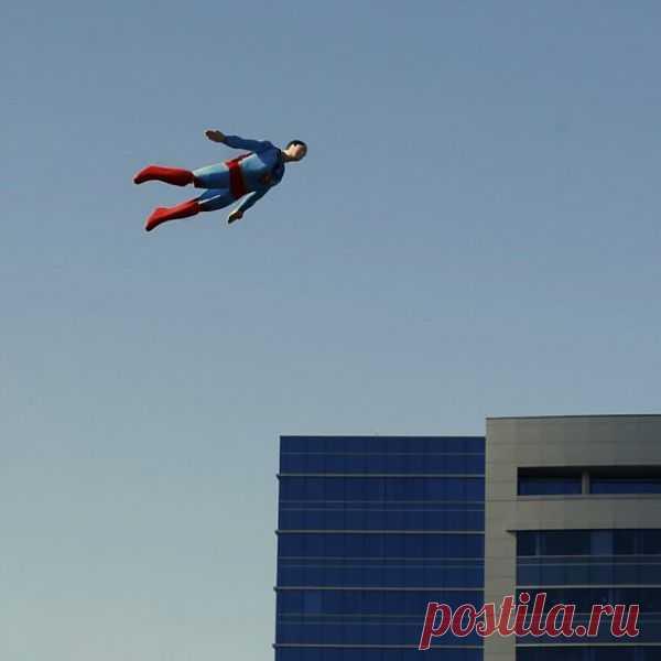 Летающий человек из пенопласта на пульте управления. Причём Вы можете раскрасить этого беднягу, как хотите. Можно запустить супермена, бэтмана, а можно пульнуть полетать куклу в образе доставшего начальника или тёщи:) Однако, недешёвое удовольствие -  $25 000 USD.