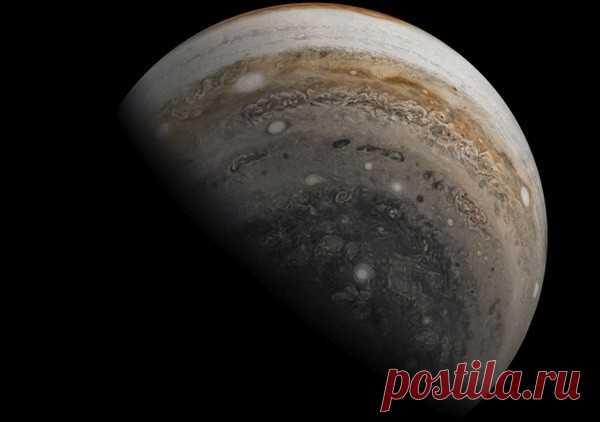 Спутник Юпитера признали пригодным для жизни Ученые NASA установили, где в Солнечной системе могла зародиться жизнь, помимо Земли. Исследование показало, что подходящие условия возникли на Европе – спутнике Юпитера, сообщает Eurekalert.Европа полностью покрыта ледниками толщиной в несколько километров. Но под толщей льда залегает...