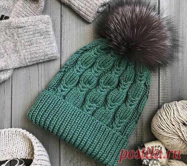 Вязание - модели и схемы: Зеленая шапочка с меховой кисточкой