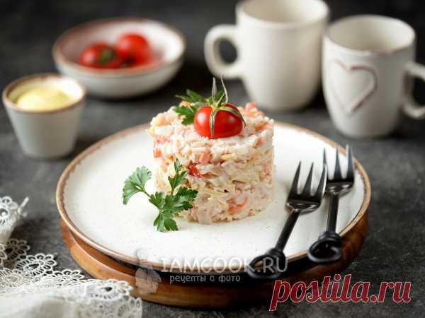 Салат «Морское чудо» с кальмарами и креветками — рецепт с фото Креветок и кальмаров отваривают, нарезают, соединяют с крабовыми палочками, сыром, помидорами, луком, заправляют майонезом и солью с перцем.