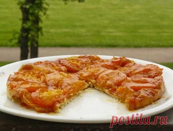 Абрикосовый татэн! Вид французского пирога «наизнанку», в котором начинка поджаривается в масле и сахаре, прежде чем испечётся пирог.