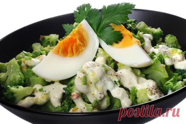 Брокколи с творожно-чесночным соусом: низкокалорийный обед