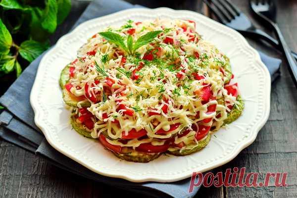 Салат из жареных кабачков с помидорами и сыром – рецепт с фото