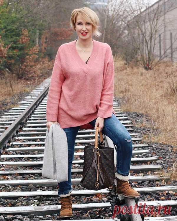 Если вы терпеть не можете брюки клеш и собираетесь носить только узкие модели, то прикупите себе несколько красивых длинных рубашек или толстовок. Пусть они заканчиваются на середине бедер — это визуально уменьшит формы на пару размеров.