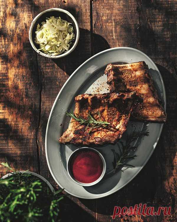 Свиные ребра с домашним кетчупом и салатом коул слоу