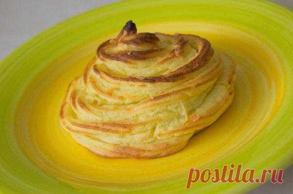 Картофель Дюшес. Используется как фигурный гарнир в качестве украшения праздничных блюд из мяса, рыбы. Это просто смесь картофельного пюре и яичных желтков, фигурно выложенная и подрумяненная в духовке.