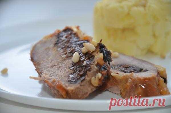 Мясо, запеченное с черносливом, сыром и кедровыми орешками.