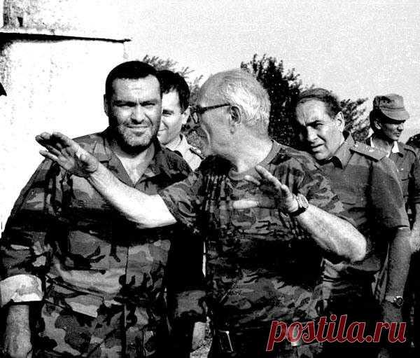 Իվանյանը հաղթանակի ամենահարմար ճանապարհն է ասում : Քրիստափոր Իվանյան (դեկտ. 20 1920թ.-օգոս.30 1999թ.),հայ ռազմական գործիչ,գեներալ-լեյտենանտ, 2-րդ համաշխ. պատերազմի և Արցախյան ազատամարտի մասնակից,Արցախի հերոս՝«Ոսկե արծիվ» շքանշանակիր (հետմահու 2000թ.): Քրիստափոր Իվանյանի անունով են անվանվել՝ Արցախի Ասքերանի շրջանի գյուղերից մեկը: Ստեփանակերտի զինվորական ուսումնարանը: Ստեփանակերտում Արցախի պաշտպ.նախարարությանը կից զինվորական-սպորտային քոլեջը: Նրա կյանքի մասին նկարահանվել է վավերագրական կինո