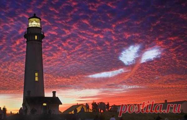 Необычное облако над маяком