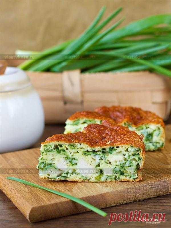 Пирог с зеленым луком, курицей и сырной корочкой.