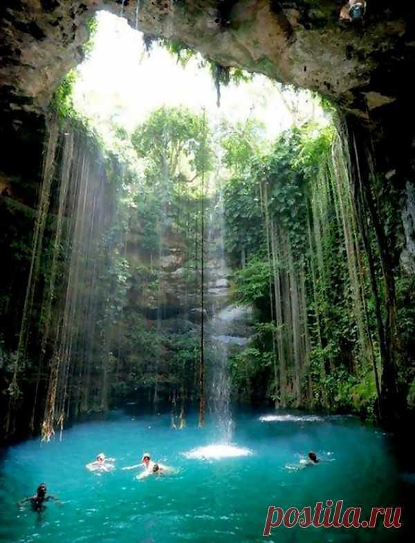 Подземное озеро Ик Киль, с древних времен считается одним из чудес света, которое создано самой природой. Вода в этом озере кристально чистая и имеет красивый бирюзовый цвет, температура воды варьируется в пределах 25 градусов тепла. Полуостров Юкатан, Мексика