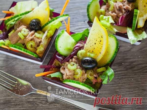 Салат с тунцом и сельдереем Салат с тунцом и сельдереем - это простой и быстрый постный салат, который легко сделать заранее.