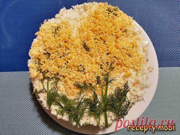 Салат «Мимоза» с сайрой – простой и вкусный рецепт  ✅Ингредиенты ▫ сайра консервированная – 1 банка (230 г.); ▫ отварные куриные яйца – 4 шт; ▫ отварной картофель – 2 шт; ▫ отварная морковь – 1 шт; ▫ очищенный репчатый лук – 1 шт; ▫ майонез – 150 г; ▫ укроп – несколько веточек.