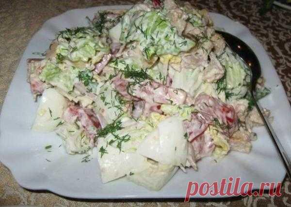 Салат с пекинской капустой, курицей и сухариками.