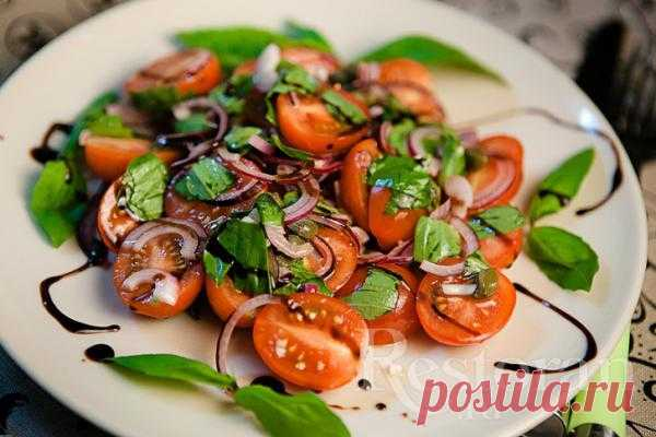 Салат с помидорами, базиликом и красным луком