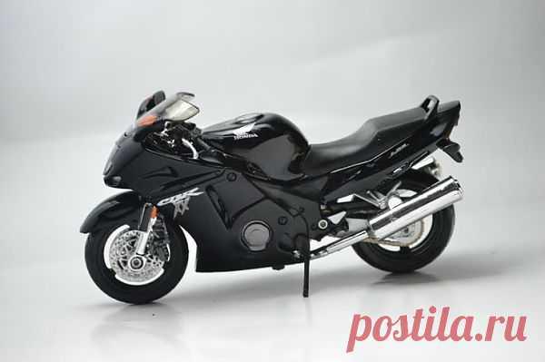 Honda CBR 1100XX Super Blackbird. Байк создан по самым передовым японским технологиям. Благодаря четырехцилиндровому рядному двигателю объемом 1100 куб. см мотоцикл развивает скорость до 286 км/час.