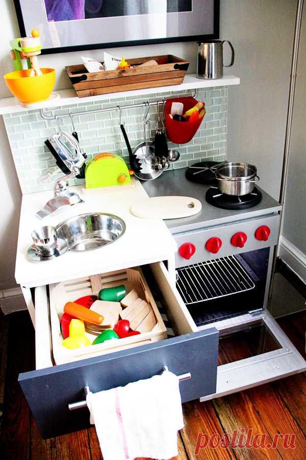 La cocina pequeña de juguetes por las manos.