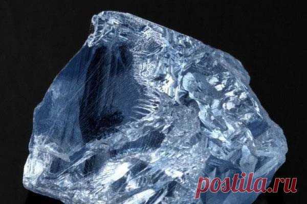 Редчайший голубой алмаз продан за 40 миллионов долларов Редчайший голубой алмаз весом в 39,3 карата был продан за более чем 40 миллионов долларов, что сделало этот камень одним из самых дорогих в мире, сообщает агентство Bloomberg.Продала его компания Petra Diamonds, а приобрело совместное предприятие, основанное компаниями De Beers и Diacore....