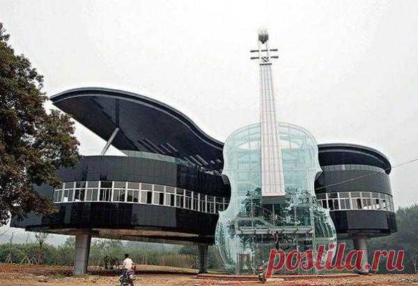 Уникальный дом в форме фортепиано со скрипкой