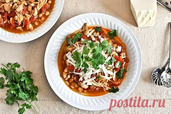 Мексиканский фасолевый суп с курицей. Это замечательный наваристый густой суп, один из лучших экземпляров мексиканской кухни. Надо отметить, что гастрономия этой страны уникальна. Она впитала в себя привычки завоевателей и местные традиции индейцев. В результате мы имеет микс: преобразованные рецептуры из местных и завезенных продуктов в Новый Свет из Старого. Вот замечательный рецепт мексиканского фасолевого супа с пошаговыми фотографиями.
