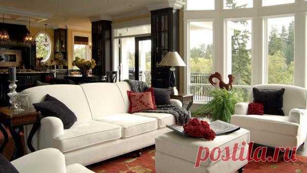 Контраст белой мебели в сочетании с черными диванными подушечками.