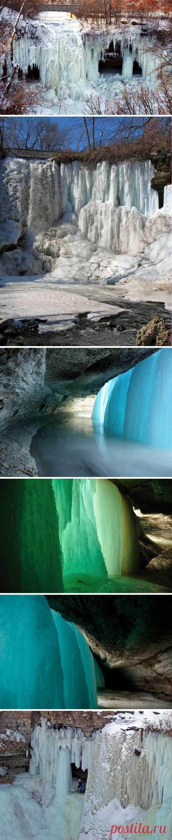 La cascada que se ha helado de Minnehaha. Minesota, los EEUU