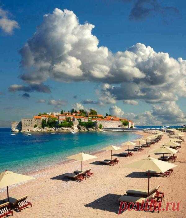 Если вы желаете изысканного и тихого отдыха, вам приглянется остров Святого Стефана, расположенный в окружении красивых видов. Кстати, именно остров Святого Стефана является визитной карточкой Черногории, которую необходимо запечатлеть каждому туристу.