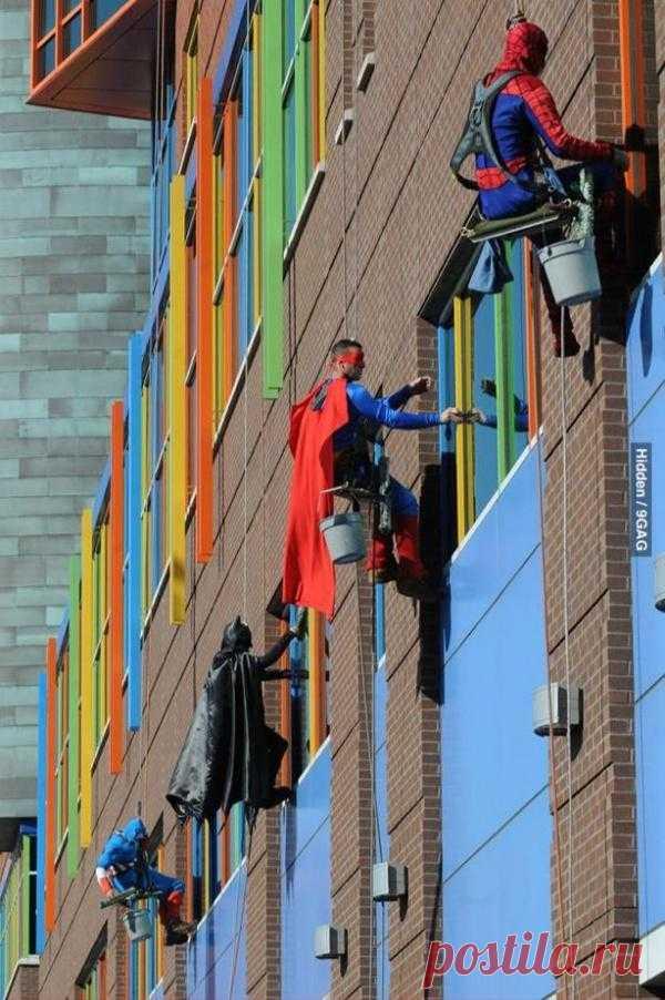 Супергерои, моющие окна в детском доме. Делайте чудеса своими руками, это просто
