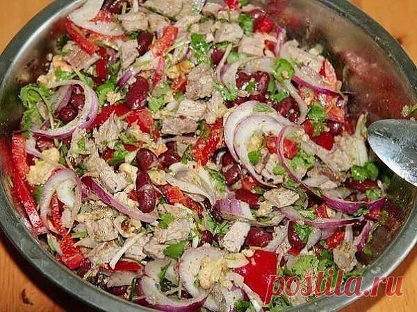 Очень красивый и вкусный мясной салат с фасолью..