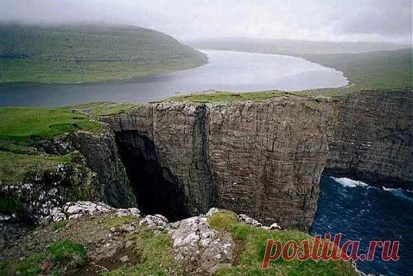 EL LAGO QUE CUELGA. LAS ISLAS FEROE, LA DINAMARCA.\u000d\u000a\u000d\u000a El lago Sorvagsvatn, que cuelga sobre el océano, se encuentra en la isla Vagar y es el lago más grande sobre las islas Feroe, la Dinamarca