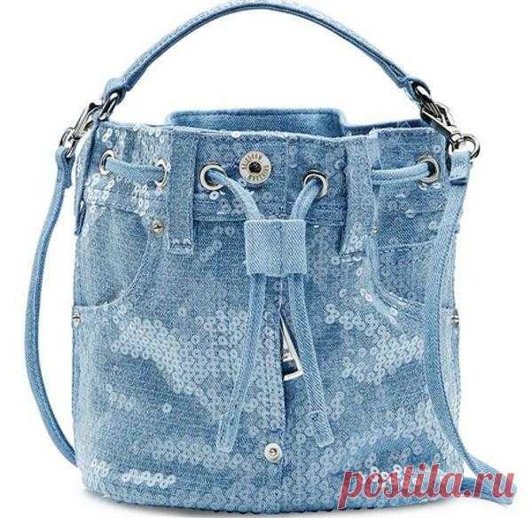 Las bolsas jeans por las manos. La foto y los patrones