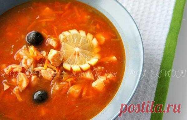"""РЫБНАЯ СОЛЯНКА Автор: Марина Квон  Солянка - один из самых любимых супов в нашей семье. Такой суп получается довольно сытным, это что-то среднее между первым и вторым блюдом. Мужская половина, как правило, любит больше всего мясную солянку, а женская, чаще всего, отдаёт предпочтение рыбной солянке. Её-то как раз сегодня мы и приготовим в чуть """"облегчённом"""" варианте. Об это чуть подробнее...  Для приготовления рыбной солянки вам потребуется (4-5 порций): 300 гр филе красной рыбы*;"""
