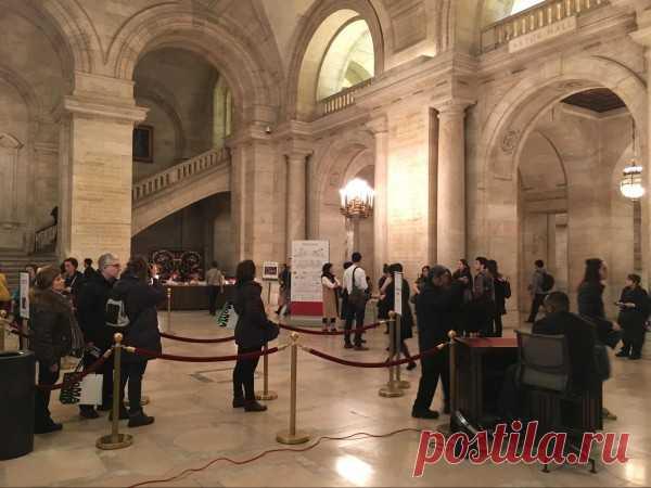 На входе и на выходе стоят металлоискатели и сидит охрана, которая проверяет сумки. Фотообзор Нью-йоркской публичной библиотеки