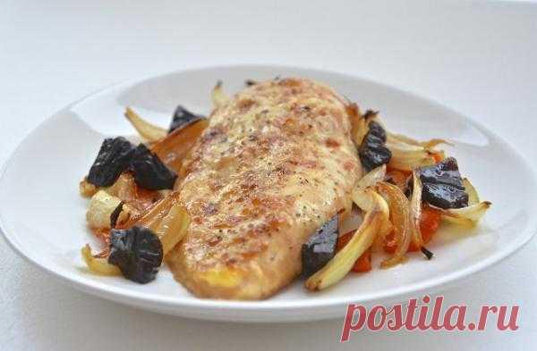 Куриное филе с овощами и черносливом.