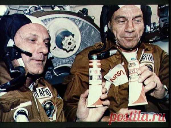 Даже водку космонавты советских времён пили из тюбиков...