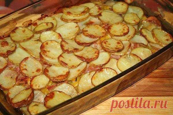 Запечённый молодой картофель с беконом и овощами.